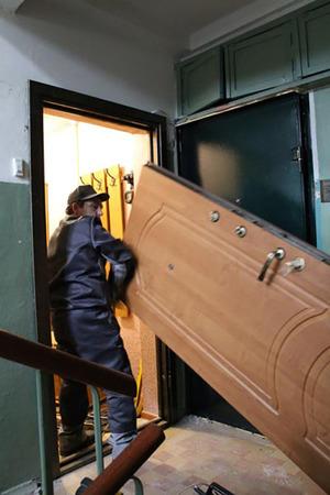 Полотно двери перед установкой надо изменить, чтобы точно подошли все размеры.
