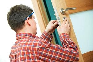 Перед установкой новой следует демонтировать старую деревянную дверь.