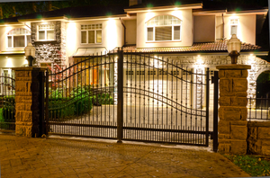 Стильные ворота для загородных домов