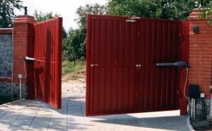 распашные металлические ворота с калиткой