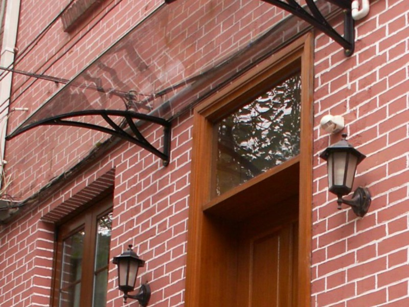 Навесы над дверью