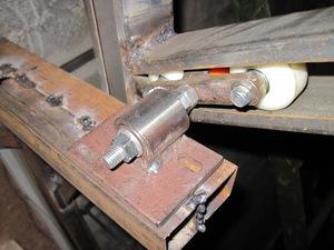 В процессе открытия ворот участвуют подъемные рычаги и роликовый механизм