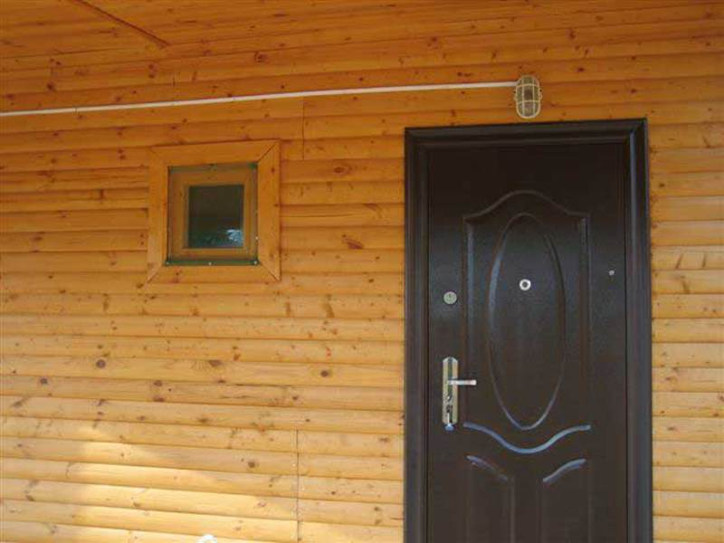 железная дверь в дом на даче