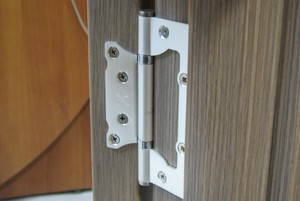 Накладные дверные петли без врезки: особенности конструкции, преимущества и недостатки, установка конструкции