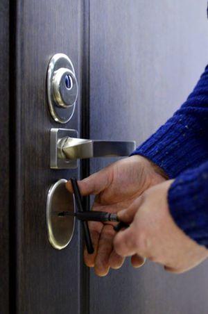 Не открывается замок входной двери что делать