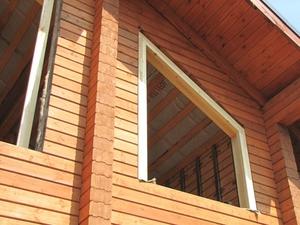 Окна в деревянных домах обязательно выполняют с использованием обсады.