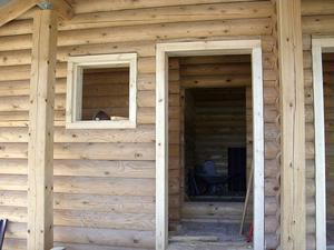 Проемы в деревянном доме - оконные и дверные - нуждаются в окосячке.