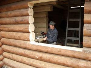 Окосячка окна в доме из бревен - процесс выполнения работ.