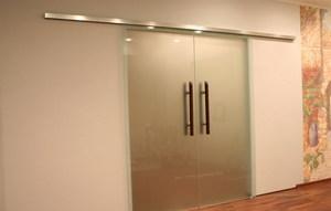 Вставка стекол в межкомнатные двери