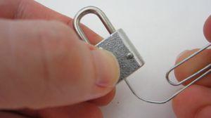 Вскрыть замок без ключа
