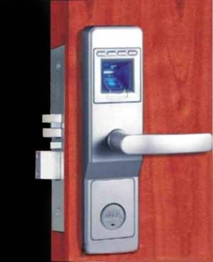 Какой кодовый замок лучше подойдет для входной двери: особенности, виды, монтаж