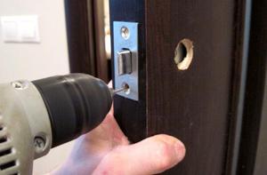 Как заменить замок входной двери