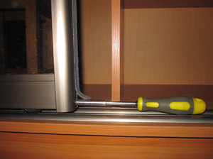 Установка роликов на двери шкафа купе